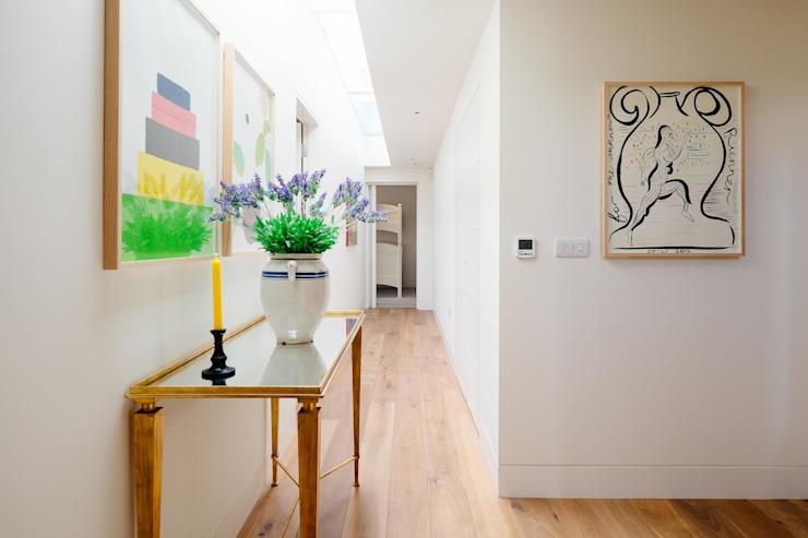 Couloir Couloir, couloir et escaliers modernes par Perfect Stays Modern