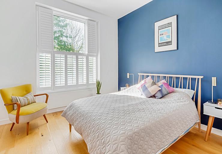 Tier on Tier Shutters in the Bedroom Chambre à coucher de style moderne par Plantation Shutters Ltd Effet bois moderne