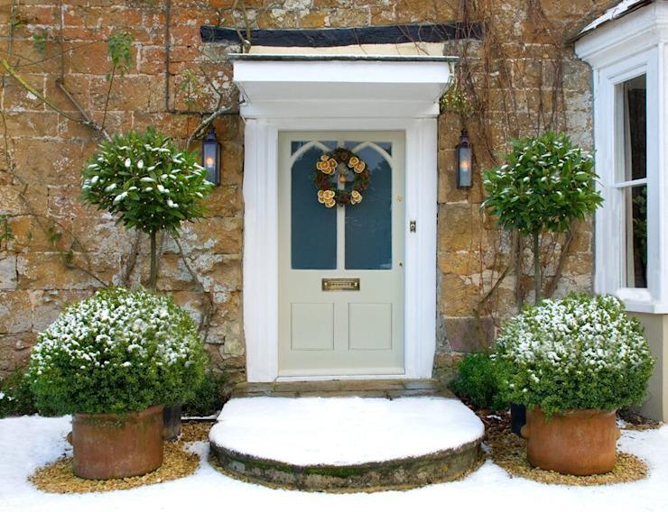 Maisons traditionnelles de style classique à porte d'entrée par Shine Lighting Ltd Classic