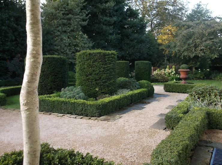 Un jardin de style Bowdon Classic par Charlesworth Design Classic