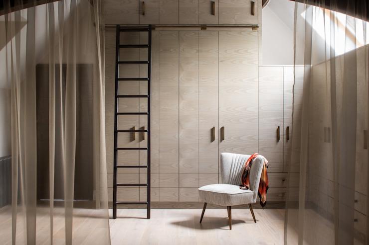 Richmond - Master Dressing Room Roselind Wilson Design Cabine d'essayage moderne