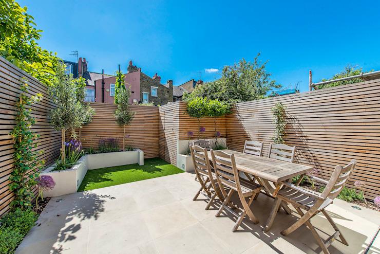 Homification du jardin arrière Balcon, véranda et terrasse modernes