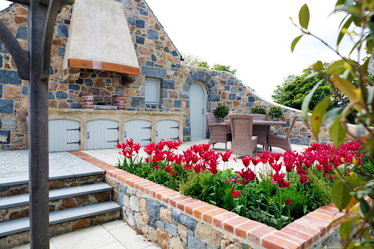 Le Pres de Bas Balcon, véranda et terrasse de style rustique par CCD Architects Rustic