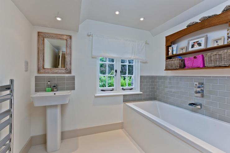 Japonica Cottage, salle de bain de style rustique du Surrey par Orchestrate Design and Build Ltd. Rustique