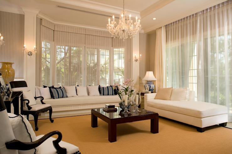Espace de vie familial de luxe Salon de style classique par Gracious Luxury Interiors Classic