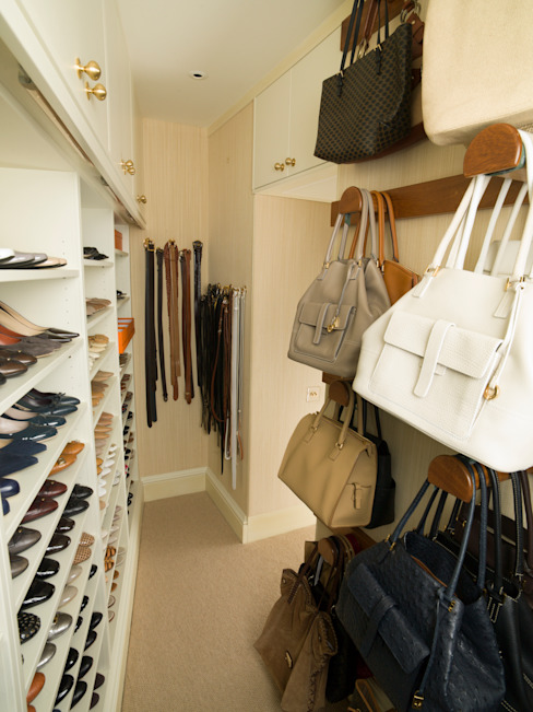 Walk in Closet avec rangement pour chaussures et sacs à main conçu et réalisé par Tim Wood Tim Wood Limited Logement de style classique