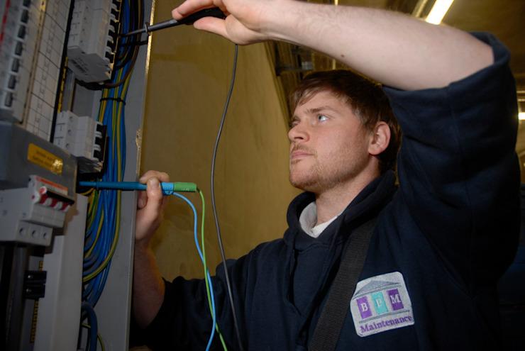 Électriciens dans la salle de bains BPM Salon électriqueÉclairage