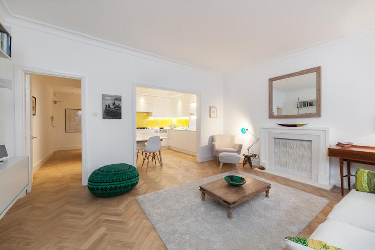 Salle de séjour ouverte avec des meubles éclectiques donnant sur la cuisine Timothy James Interiors Salle de séjour de style éclectique Wood Grey
