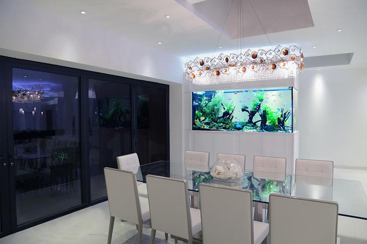Maison familiale contemporaine Architecture d'aquarium Salle à manger moderne