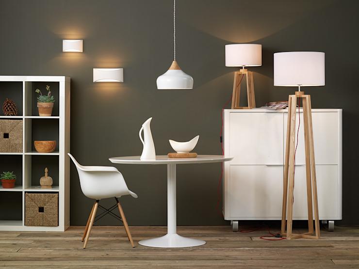 Un ensemble contemporain en pin blanc et clair Shine Lighting Ltd Salle à mangerLighting