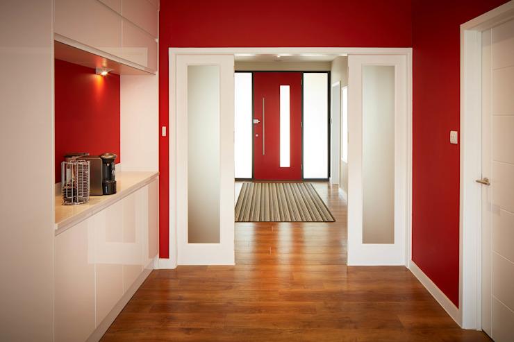 Maison de Chandlers Ford II LA Hally Architecte Couloir, couloir et escaliers modernes