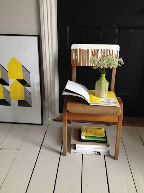 Vieille chaise d'école avec des gouttes de peinture Une vie artistique Ménage Objets de maison