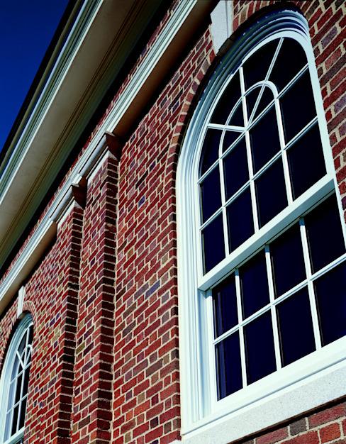 Fenêtre à guillotine coulissante sur mesure avec un haut de forme ronde Marvin Windows and Doors UK Windows & doors Fenêtres en bois massif blanc