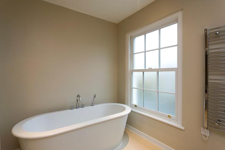 Salle de bain en bois blanc pur Fenêtre à guillotine coulissante Fenêtres et portes Marvin Fenêtres et portes françaises Fenêtres Bois massif blanc