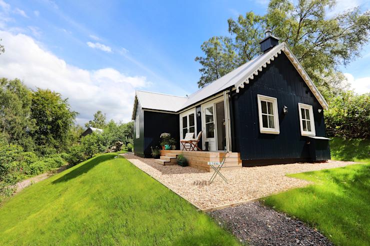 Wee House sur mesure à deux chambres The Wee House Company Balcon, véranda et terrasse de style champêtre
