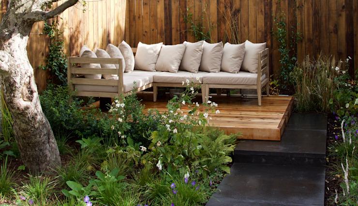 Terrasse en cèdre rouge de l'Ouest avec mobilier de salon extérieur Tom Massey Landscape & Garden Design Jardin moderne